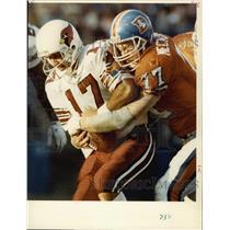 1991 Press Photo Denver Broncos' Karl Mecklenburg with Chris Chandler
