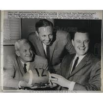 1960 Press Photo Philadelphia Eagles quarterback Norm VanBrocklin signing