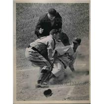 1938 Press Photo Brooklyn Dodger Posen tries to syeal home vs Pittsburgh