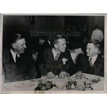 1937 Press Photo Cardinals Pitcher Jerome Dean (C) with Chicago Manufacturer.