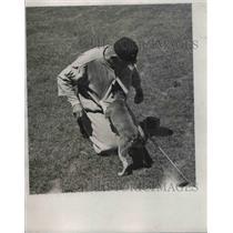 1932 Press Photo Nick Altrock, Washington Senators Pitcher with a dog undershirt