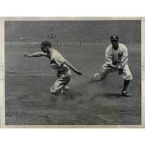 1936 Press Photo Indians Lyn Larry out at 2nd vs NY Yankees - nea12455