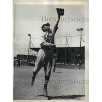 1935 Press Photo Boston Braves Outfielder Joseph A. Mowry Catching Ball