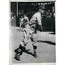 1935 Press Photo Leo Magnum, Braves hurler during training session w/ Boston
