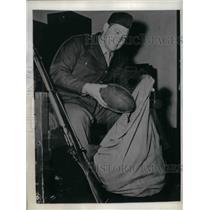 1945 Press Photo Pvt Clyde Turner, former Chicago Bear - nea12774