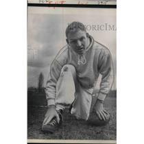 1961 Press Photo Sonny Jurgenson of Philadelphia Eagles Rubs Swollen Foot