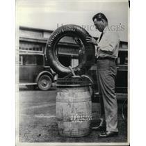 1930 Press Photo E.Waldo Stein prepare hies wheel at Indianapolis Motor Speedway