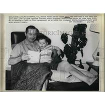 1967 Press Photo Black Hawks Goalie Glenn Hall Resting at Home With Injured Knee
