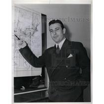 1943 Press Photo A.D. Lewis of American Airlines giving presentation