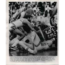 1974 Press Photo Bull's John Block And Cornell Warner Fight For Basketball