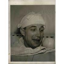 1940 Press Photo Bucky Walters Pitcher Cincinnati Reds Cabinet Bath YMCA Gym