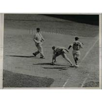 1935 Press Photo Giant Bill Terry Misses Ball As Chile Gomez Of Phillies Passes
