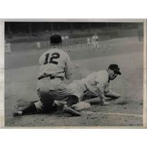 1945 Press Photo Vince Dinges of Philadelphia Phillies, Wallen of Boston Braves