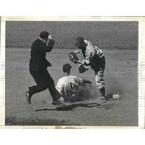 1943 Press Photo Phillies' Catcher Pete Soder Catches Frank Crossetti Stealing