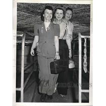 1943 Press Photo Aircraft Employees Evelyn Roberts,Dolores Stanley,Mary Kretzer