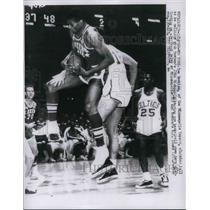 1960 Press Photo Tom Hawkins of Minneapolis Lakers, John Richter of Boston