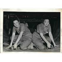 1943 Press Photo Thelma & Zelma Clayton at Fairchild Aircraft plant - nea51354