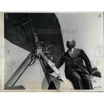 1937 Press Photo Girard Post Berrick & his mechanical parachute plane