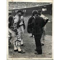 1941 Press Photo White Sox mgr. Jimmy Dykes chatting with Ump. Summers