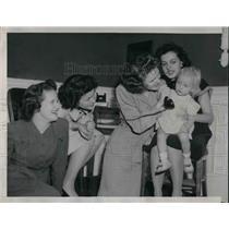 1946 Press Photo idle air hostesses form sitters' service - nea57921