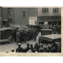 1925 Press Photo Crowd Watching Capman Car at Courthouse at Hartford