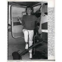 1963 Press Photo Pat Davis Standing Outside Of Plane Fulfilling Her Promise