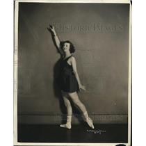 1924 Press Photo A woman demonstrates exercise poses