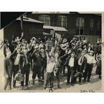 1922 Press Photo striking railway shop workers in Chicago