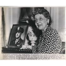 1947 Press Photo Mrs.Hazel Moore with photo of her son a pilot for Chinese Plane