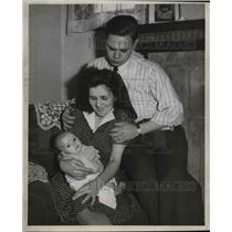 1946 Press Photo Mr.,Mrs. Robert and Caroll Ann Trezise, Plane Flight for Baby