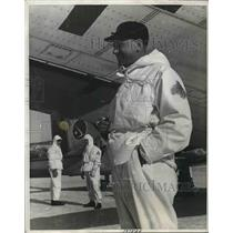 1941 Press Photo Arvid Growen Under The Wing Of Plane Landing In Mountains
