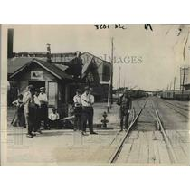 1922 Press Photo Group Of Strikers Stopped By National Guard At C&A Shops