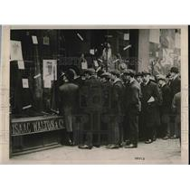 1920 Press Photo London, England men at a clothiers for cheap suits