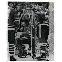 1970 Press Photo Goalie Tony Esposito after he was struck on the head