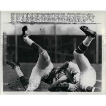 1966 Press Photo Paul Flatley End Vikings Fights For Ball Irv Cross Rams NFL