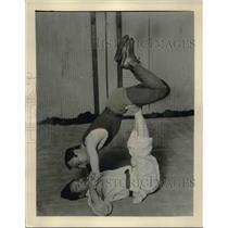1933 Press Photo Takeo Fujiwara Demonstrates Way of Flattening Adversary