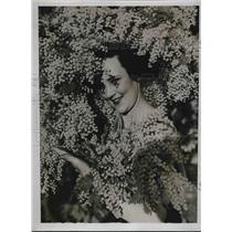 1935 Press Photo A Australian enjoying the springtime.