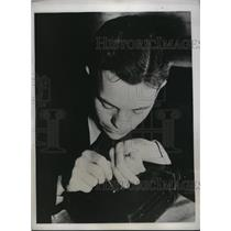 1934 Press Photo Larry E.Anderson demonstrates writing on grain of rice