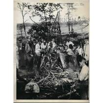 1930 Press Photo The remains of a crashed plane in a open field in Caro, Ill.