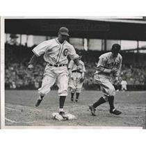 1937 Press Photo Larry French Cubs Out At 1st By Gus Suhr Pirates MLB Game