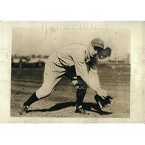 1930 Press Photo New York Yankees Ben Chapman Catching Ball On Field