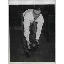 1932 Press Photo Chuck Jamieson of Cleveland Indians bowling