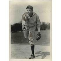1931 Press Photo New York Yankees Pitcher James Weaver Throwing Ball On Field