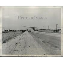 1942 Press Photo Traffic Stopped On Texas Highway 87 As Don Fritz Lands Plane