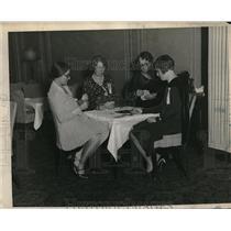 1928 Press Photo Mrs AE Needham, HP Syester, Mrs OJ peeling at bridge