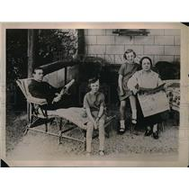1922 Press Photo Horse Jockey Frank O'Neill With Wife and Children in Paris Home