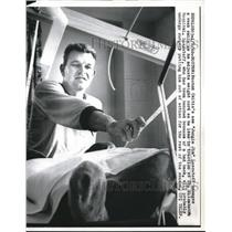 1960 Press Photo Jim Loscutoff of Boston Celtics in St. Elizabeth's Hospital