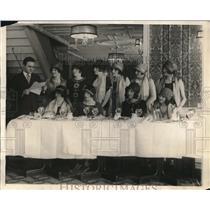 1925 Press Photo Radio store girls start dieting on the radio