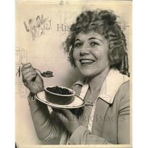 1922 Press Photo A woman eating pie