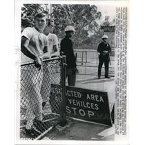 1967 Press Photo Police Roadblock Los Angeles Coliseum, Washington Redskins Team